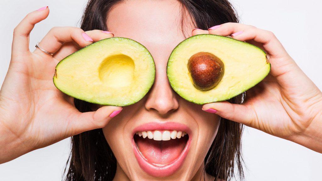 بهترین ماسک های صورت را بشناسیم , ماسک آووکادو و پودر کاکائو